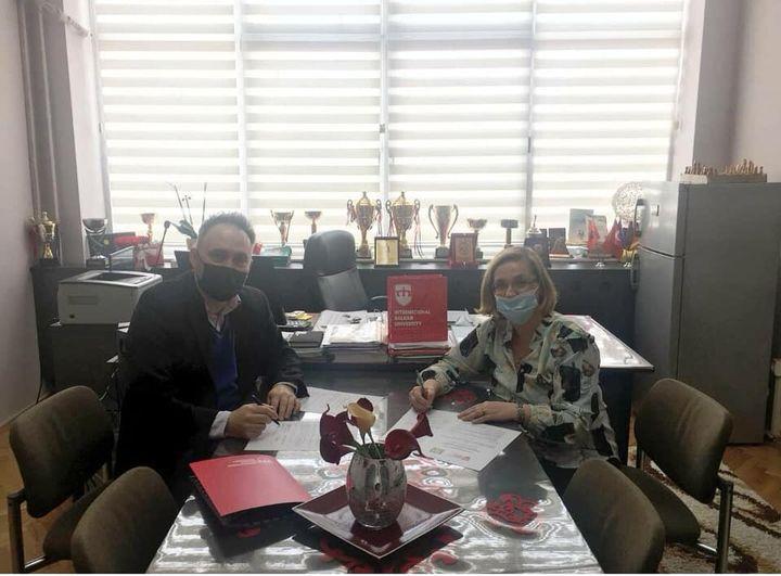 Sot drejtoresha e Sh F K ,,Liria,,Z .Teuta Idrizi dhe dekani i fakultetit të artit dhe dizajnit Z.Dzhemil Bektoviç nënshkruan protokol bashkëpunimi me Univerzitetin Ndërkombëtar të Ballkanit.